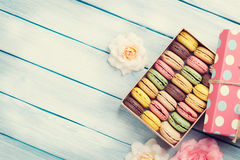 Colorful macaroons in a gift box and roses Royalty Free Stock Photos