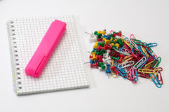 Colorful push pins and paper clips with notepaper Stock Images