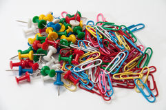 Colorful push pins and paper clips on the white background Royalty Free Stock Photos