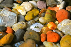 COLORFUL ROCKS. AGATES AND STONES SHINING UNDER WATER Royalty Free Stock Photos