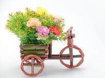 Colorfule-Blume auf basker Fahrrad Stockfoto