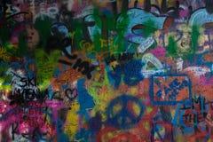 Colorfull从约翰・列侬墙壁的街道画纹理在布拉格捷克共和国 免版税库存图片