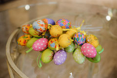 Colorfull在桌上的复活节彩蛋装饰 免版税图库摄影