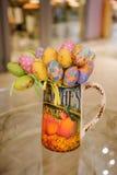 Colorfull在桌上的复活节彩蛋装饰 库存图片
