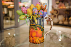Colorfull在桌上的复活节彩蛋装饰 免版税库存图片