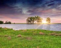 Colorfull夏天日出ower河。 库存图片