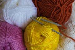 Colorfull编物纱球和针 免版税库存图片