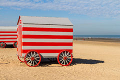 Colorfull运载在北海海滩,德帕内,比利时的改变的摊位 免版税库存照片