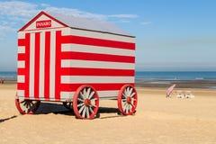 Colorfull运载在北海海滩,德帕内,比利时的改变的摊位 免版税库存图片