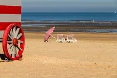Colorfull运载在北海海滩,德帕内,比利时的改变的摊位 免版税图库摄影