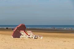 Colorfull运载在北海海滩,德帕内,比利时的改变的摊位 库存照片