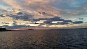 COLORFULL ΟΥΡΑΝΟΣ ΜΕ SEAGULLS ΤΟ ΠΑΙΧΝΙΔΙ Στοκ εικόνες με δικαίωμα ελεύθερης χρήσης