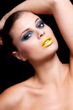 Η γυναίκα με το ακραίο colorfull αποτελεί στο μπλε και κίτρινος Στοκ Εικόνες