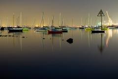 Colorfull Boote nachts Stockbild