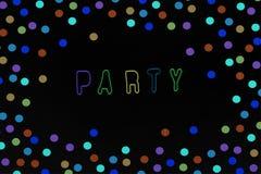 Colorfull-Buchstaben für Partei und Konfettis auf schwarzem Hintergrund stockfotos