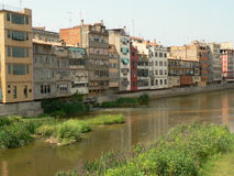 Colorfull buildings by the water (Girona) Royalty Free Stock Photos