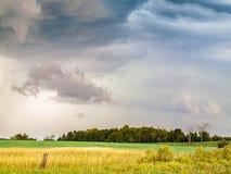 Colorfull Chmurnieje pogodę sztormową Nad Wiejską Rolną ziemią Obraz Royalty Free