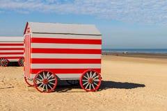 Colorfull draagt veranderende boxen op Noordzeestrand, De Panne, België Royalty-vrije Stock Foto