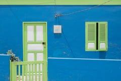 Colorfull façade met deur, venster en weinig omheining stock fotografie