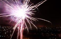Colorfull fajerwerki przy nocy miasta niebem Zdjęcie Stock