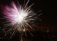 Colorfull fajerwerki przy nocy miasta niebem Zdjęcia Stock