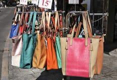 Colorfull handväskor hänger en presentoir Royaltyfria Foton