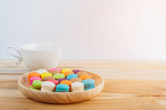 colorfull macarons, кофе и macarons в деревянных шарах Стоковое Фото