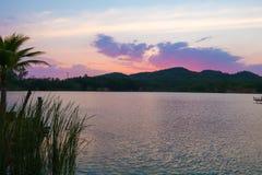 Colorfull niebo po zmierzchu nad jeziorem w Tajlandia Obraz Stock