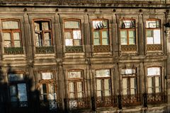 Colorfull och klassiskt gammalt hus i staden av porto i Portugal arkivbilder