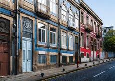 Colorfull och klassiskt gammalt hus i staden av porto i Portugal royaltyfri bild