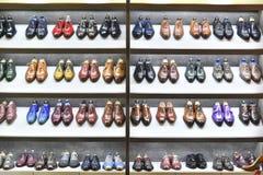 Colorfull par av skor är synligt till salu arkivfoto