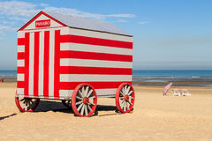 Colorfull porta le stalle cambianti sulla spiaggia del Mare del Nord, De Panne, Belgio Immagini Stock Libere da Diritti
