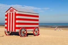 Colorfull porte les stalles changeantes sur la plage de la Mer du Nord, De Panne, Belgique Image libre de droits