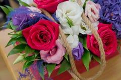 Colorfull rosor Närbildfoto av ett rött, en vit och bakgrunder för rosrosbonteque Steg i dag för valentin` s Fotografering för Bildbyråer