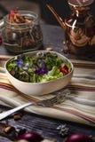 Colorfull sallad med ätliga blommor Arkivbild