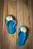 Colorfull-Sandale mit Blume auf hölzernem Stockbilder