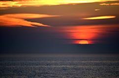 Colorfull solnedgång ovanför Nordsjön arkivbilder