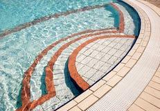 Colorfull tegelplattor på poolside Arkivbild