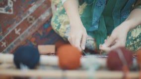 Colorfull tovor för mattweavings Blått filt, röda garner på träenheten stock video