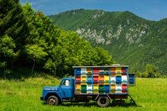 Colorfull y la abeja vibrante encorcha en el camión viejo en Eslovenia Fotografía de archivo