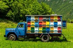 Colorfull y la abeja vibrante encorcha en el camión viejo en Eslovenia Fotografía de archivo libre de regalías