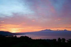 Colorfull zmierzch za górami tropikalna wyspa Siqijor Obraz Royalty Free