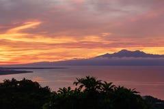Colorfull zmierzch za górami tropikalna wyspa Siqijor Zdjęcia Royalty Free