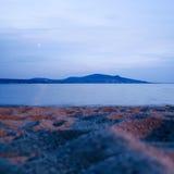 Colorfulldageraad over het overzees. Aardsamenstelling. Niemand op strandavond Stock Afbeelding