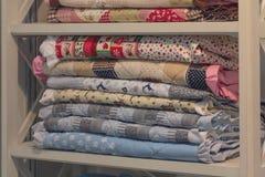 Colorfullplaiden, dekens op planken in opslag Stock Afbeeldingen