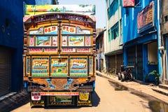 Colorfully dekorerade lastbilar som denna Leyland är gemensamma i Sri arkivbilder