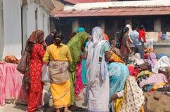 Colorfully geklede vrouwen bij Hindoes Festival, Pashupati, Nepal royalty-vrije stock afbeelding