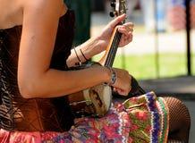 colorfully klädd musiker Arkivbild