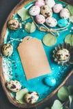Colorfully malujący przepiórek jajka, suszący kwiaty i liście dla wielkanocy, Obrazy Royalty Free