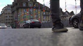 Colorfully verfraaide straat, vele auto's drijven en mensen die door hotel lopen stock footage